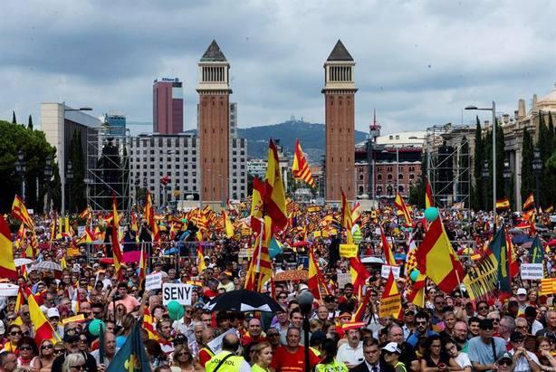 Miles de personas acuden a la manifestación unionista convocada en Barcelona