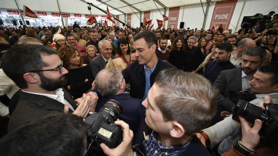 Pedro Sánchez, saluda a su llegada al acto de presentación de José Antonio Serrano como candidato socialista a