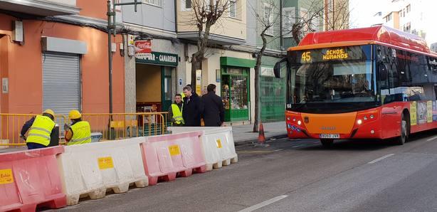 El alcalde visita las obras en una parada de la calle San Pedro y San Felices