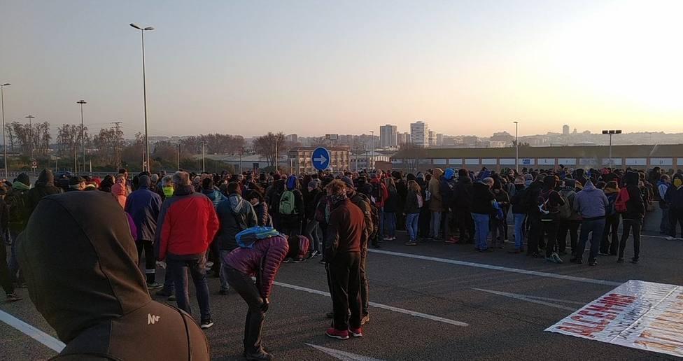 Cerca de 200 manifestantes cortan la entrada del Puerto de Tarragona