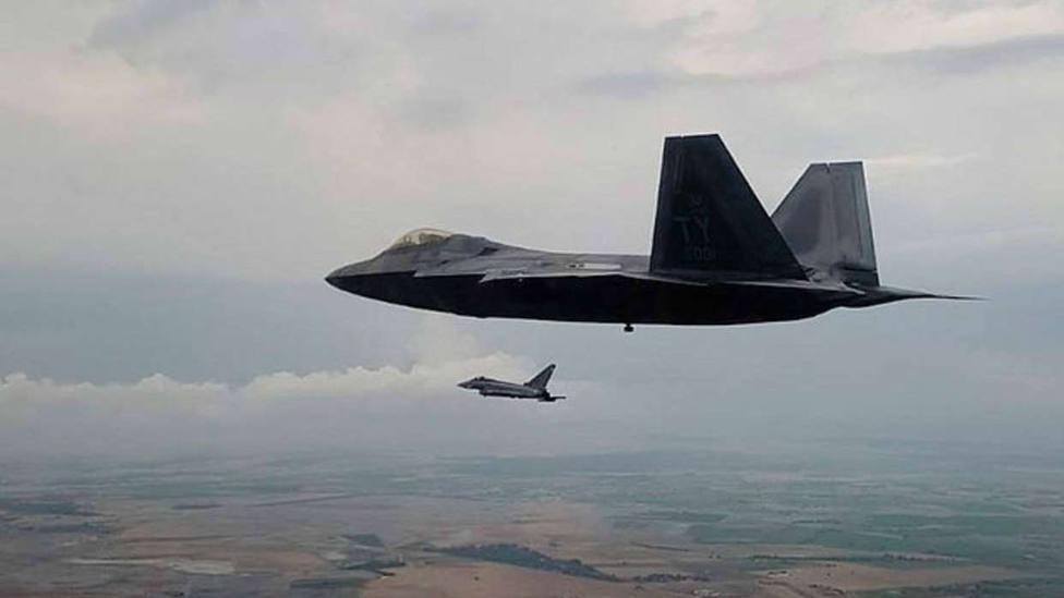 Dos F-22 estadounidenses participan por primera vez en un entrenamiento con Eurofighter españoles en la Base de Albacete