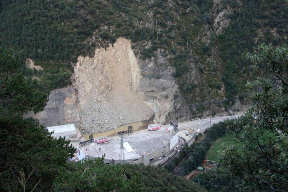 Desprendimiento de rocas en Andorra delante del Punt de Trobada