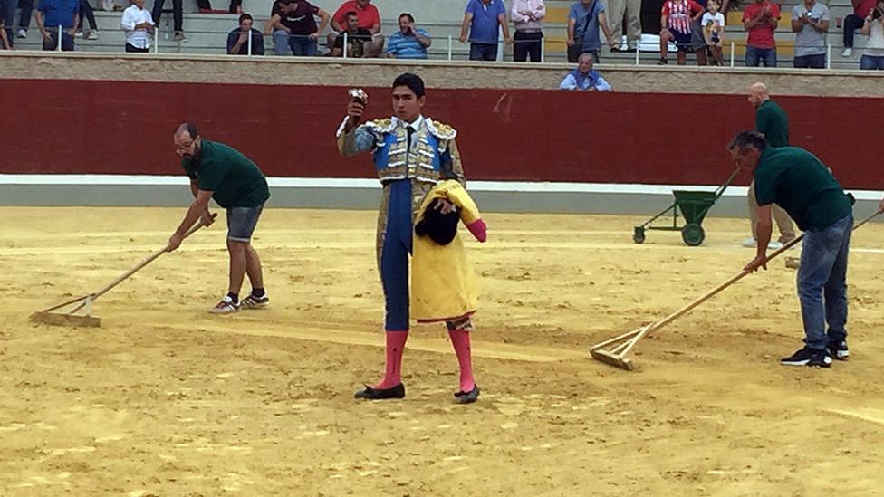 Héctor Gutiérrez con la oreja cortada al tercer novillo de Cebada Gago en Villaseca de la Sagra