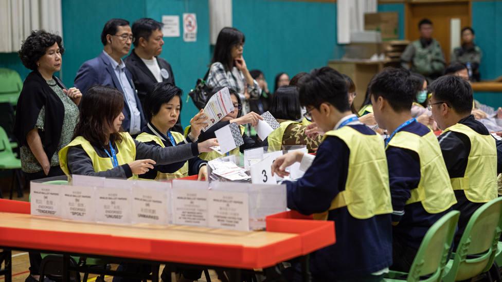 La oposición democrática arrasa en las elecciones municipales de Hong Kong