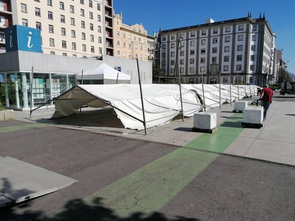 Trabajadores instalando la carpa en la mañana de estes lunes en la plaza de España