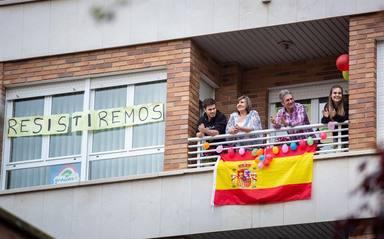 Les applaudissements collectifs depuis les balcons tournent à 30 jours