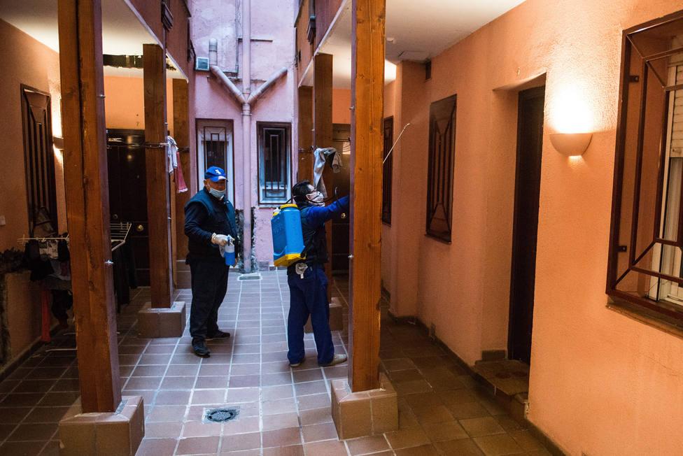Las comunidades de vecinos de Madrid realizan la desinfección de los portales comunitarios