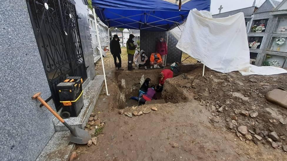 Trabajos de excavación en el cementerio de Fornelas, en A Pobra do Brollón