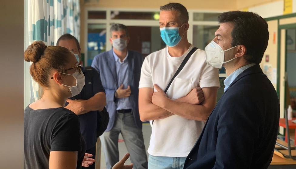 Caballero, a la derecha, recibe explicaciones en el inteior del colegio de Cedeira - FOTO: PSdG-PSOE