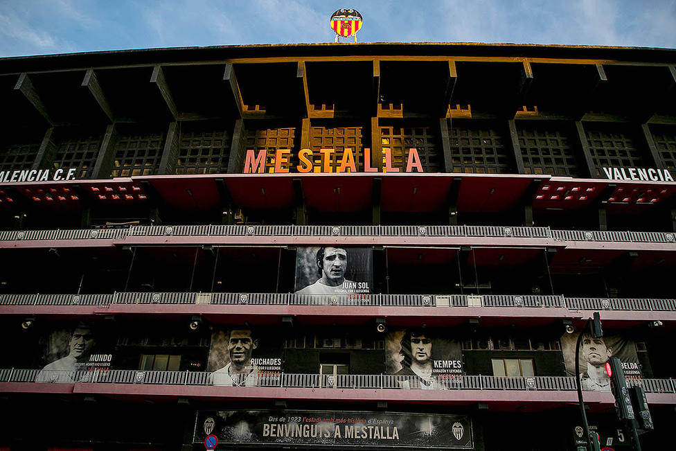 La fachada de Mestalla muestra a Sol entre sus leyendas