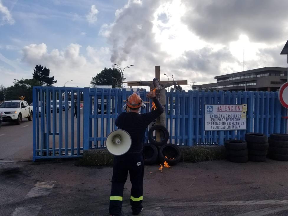"""Trabajadores escenifican en Hacienda el """"desastre"""" que supondría el cierre de Alcoa"""
