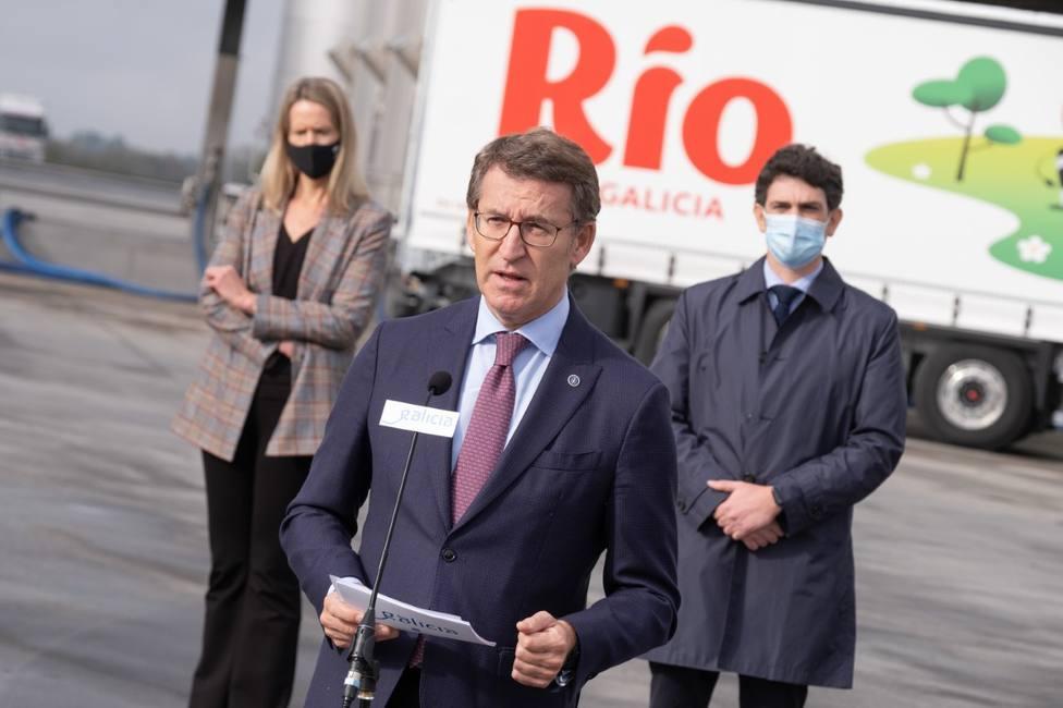 Feijóo avanza una nueva estrategia para transformar el 75% de la leche producida en Galicia