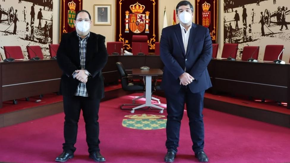 El presidente de ADISGUA, Óscar Jiménez (izda) y el alcalde, Alberto Gómez