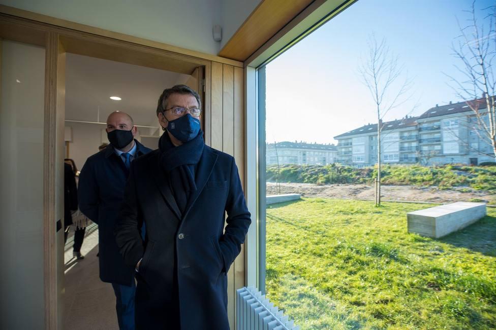 El presidente de la Xunta visita el centro de salud de Milladoiro, en Santiago