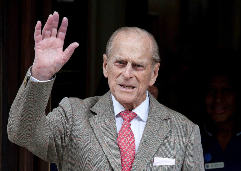 El Duque de Edimburgo, marido de Isabel II, ingresado por precaución