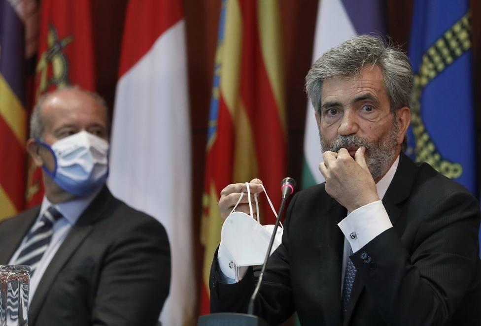 El presidente del Tribunal Supremo y del Consejo General del Poder Judicial (CGPJ), Carlos Lesmes, acompañado