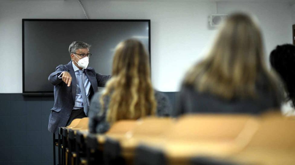 Profesor dando clase en una Universidad. EFE