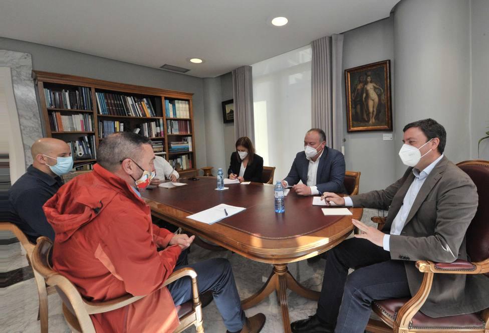 Valentín González mantuvo una reunión con representantes de la asociación Hostelería Federada de Galicia
