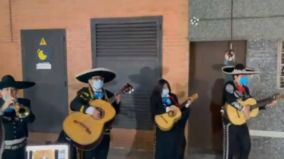 Un grupo de mariachis acude a la sede de Podemos para cantar Cielito Lindo a Pablo Iglesias y Podemos