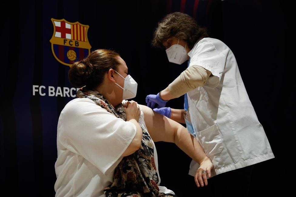 Una mujer recibe la primera dosis de la vacuna de Pfizer contra el Covid-19, a 27 de mayo de 2021