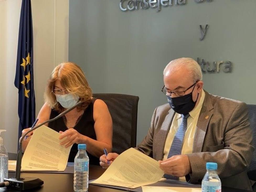 En la imagen, la consejera de Educación y Cultura de la Región de Murcia, María Isabel Campuzano, y el presidente de la UCAM, José Luis Mendoza, durante la firma del convenio.