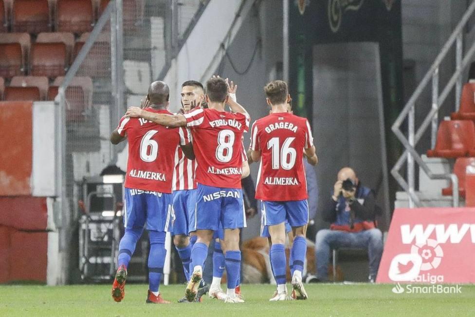 Los jugadores del Sporting celebran uno de los dos goles ante el Leganés