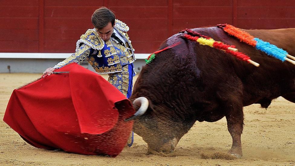 Derechazo de rodillas de José Fernando Molina durante su actuación este lunes en Albacete