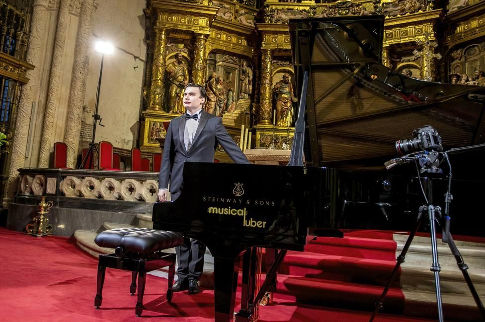 El altar mayor de la catedral de Burgos acoge un concierto del pianista ruso Aleksandr Kliuchko