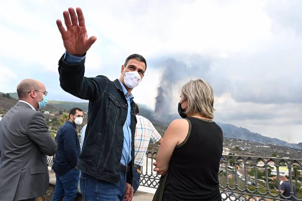 Sánchez visita las zonas afectadas por la erupción del volcán en La Palma