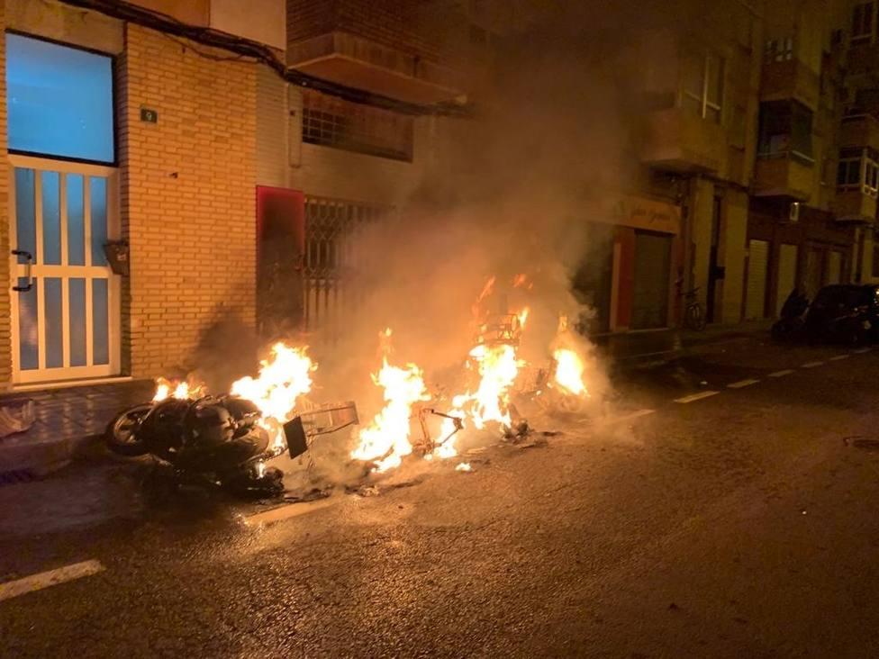 Aparatoso incendio de motocicletas y vehículos en la zona norte de Alicante