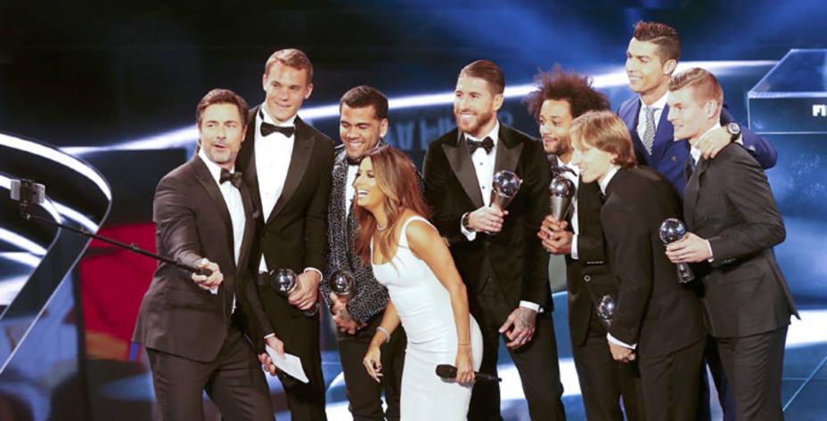 Los jugadores del Once Ideal, junto a los presentadores de la gala (FOTO - REUTERS)