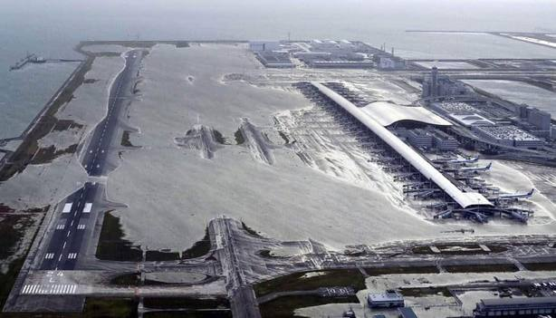 Evacúan a 5.000 personas del aeropuerto japonés de Osaka atrapadas por tifón