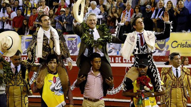 Enrique Ponce, Ernesto Gutiérrez y El Juli en su salida a hombros este sábado en Manizales