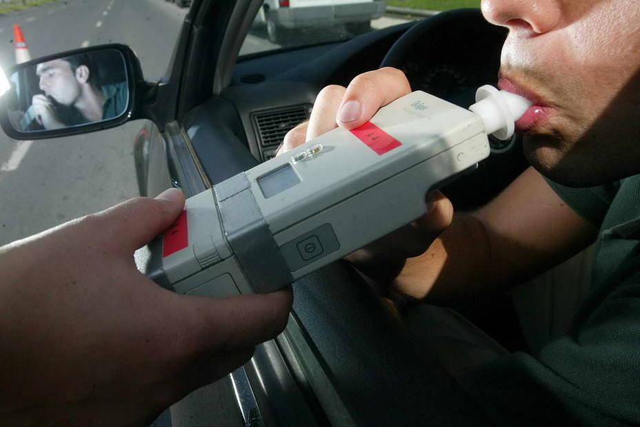Interceptan a un conductor que casi cuadriplicaba la tasa de alcohol cuando circulaba en sentido contrario