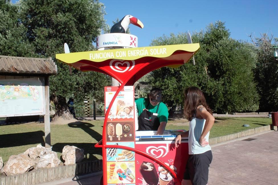 Unilever pone en playas, parques y calles carritos de helados que utilizan energía solar para refrigerar los productos