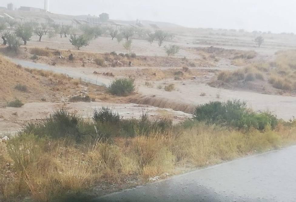 Una tormenta corta al tráfico la carretera La Parroquia-Zarcilla de Ramos por la crecida del río Luchena
