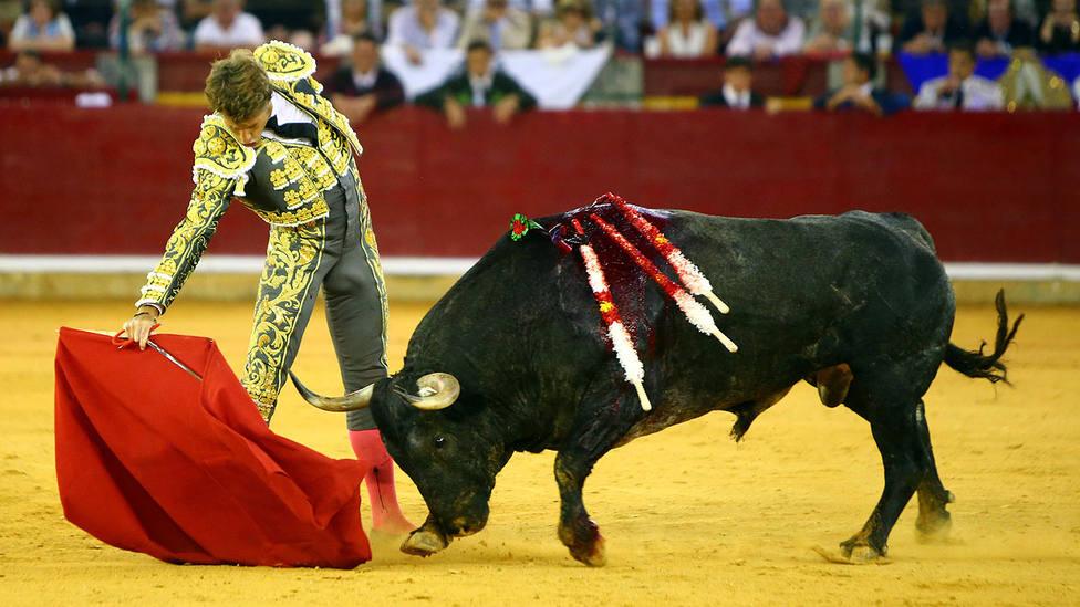 Manuel Escribano ante Aviador, el encastado quinto toro de Adolfo Martín