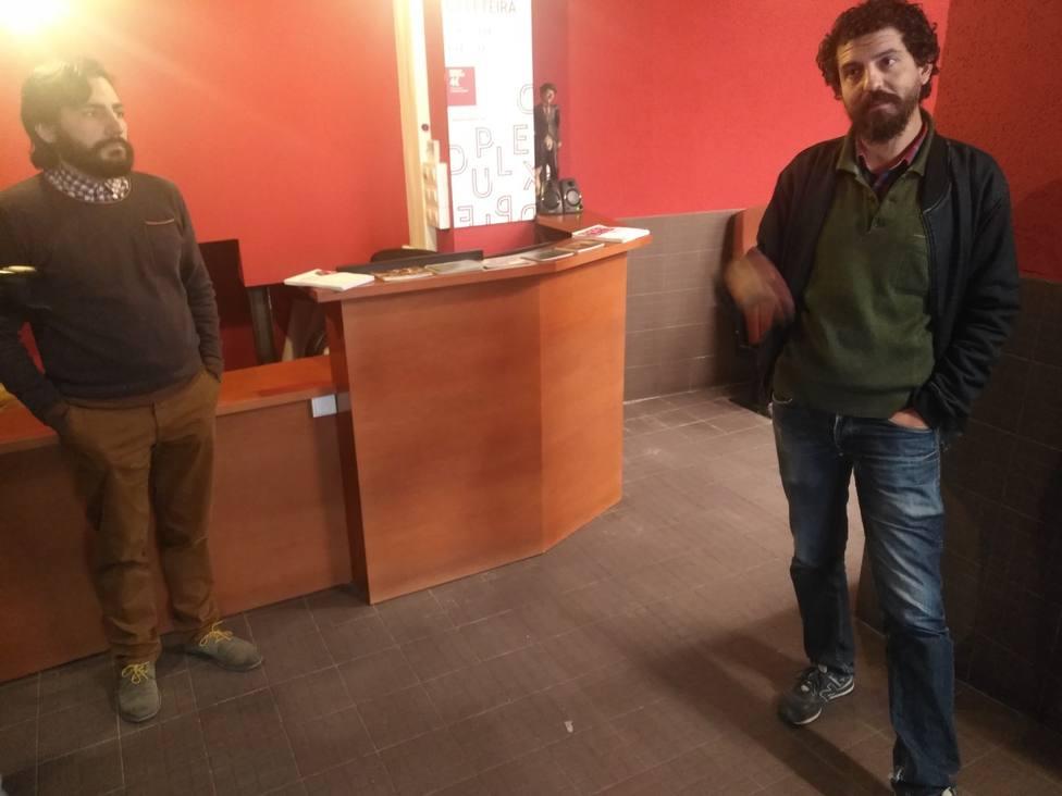 Ramiro Ledo y Víctor Paz en el hall de entrada de los Dúplex Cinema de Ferrol