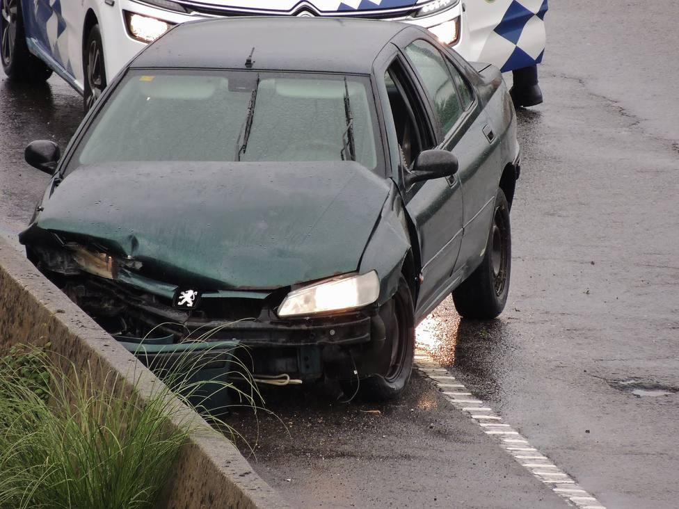 Imagen del estado en el que quedó el vehículo tras impactar contra el muro de hormigón - FOTO: A. P. A.
