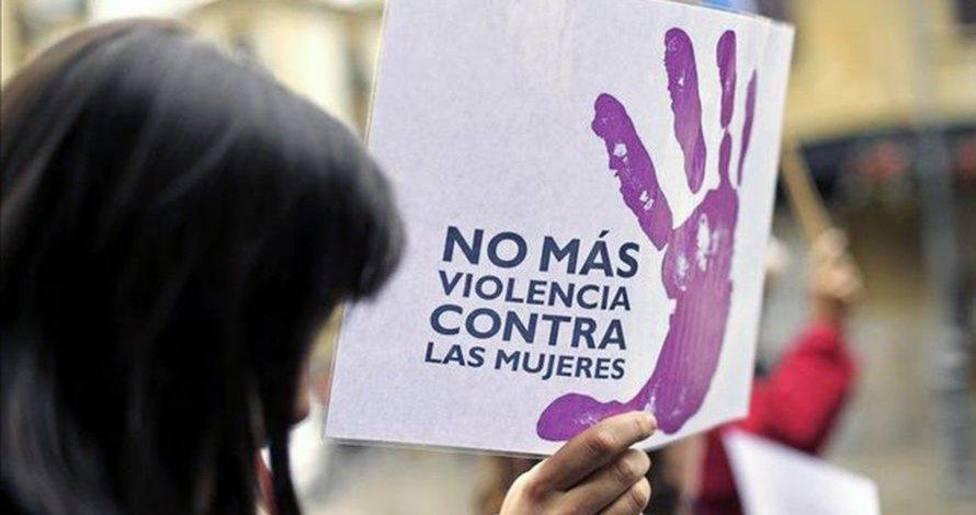 Una mujer porta un cartel contra la violencia machista