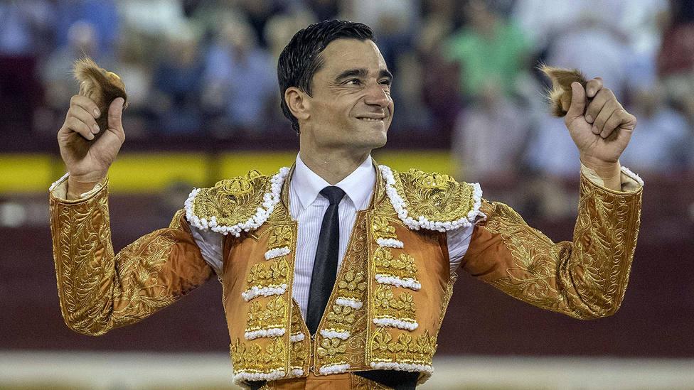 Paco Ureña en la pasada Feria de Murcia con el traje que será donado para la lucha contra el cáncer