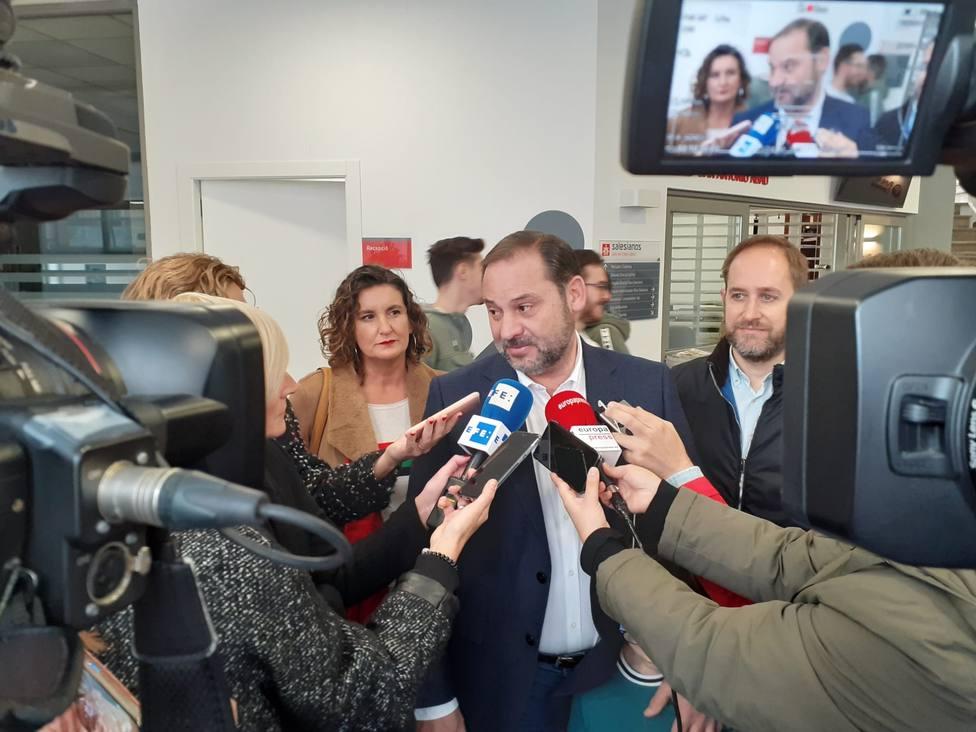 Ábalos señala que la reunión con ERC supone un avance pero admite que queda mucho por recorrer y concretar