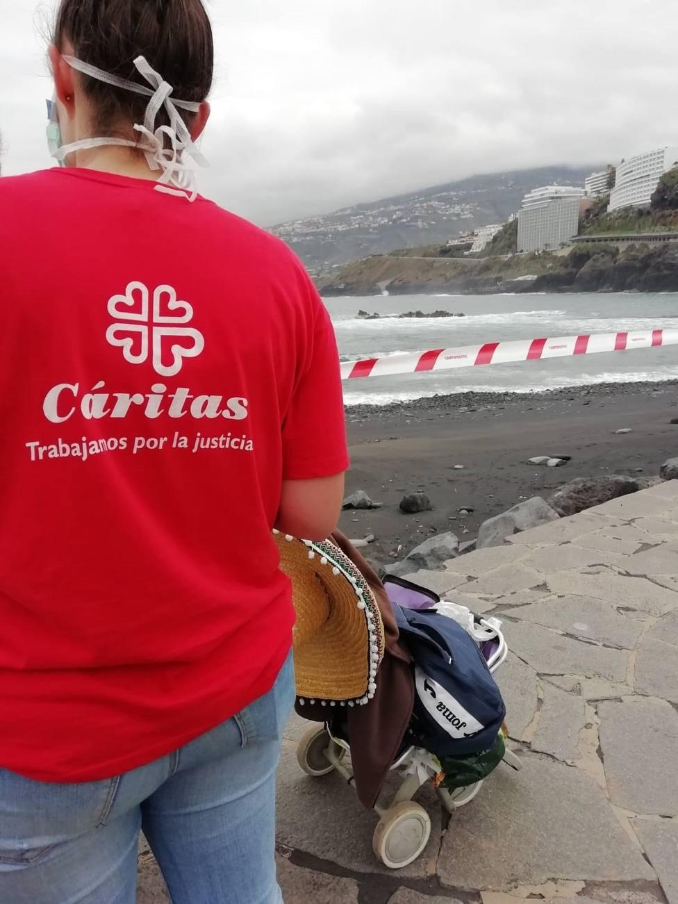 Voluntario de Cáritas en un reparto de ayuda