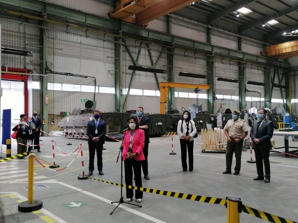 La ministra de Defensa, Margarita Robles, en su visita a la Fábrica de Armas de Trubia.