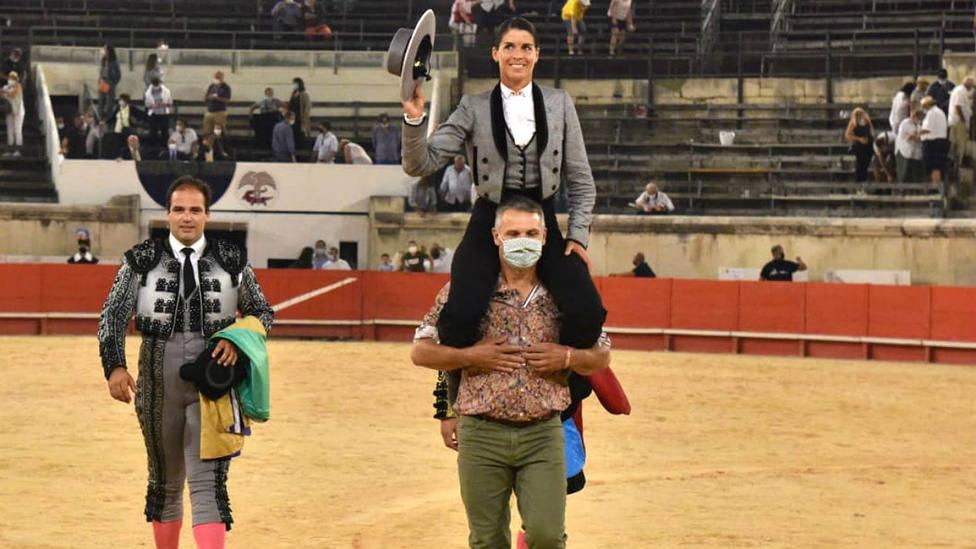Lea Vicens en su salida a hombros este jueves en el Coliseo de Nimes
