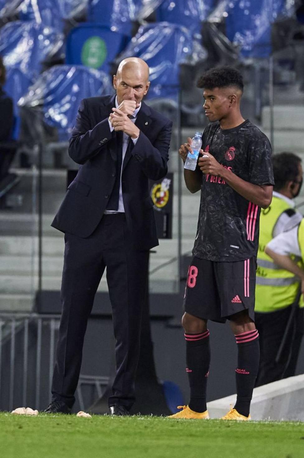 Marvin Park, charlando con Zidane antes de debutar ante la Real Sociedad