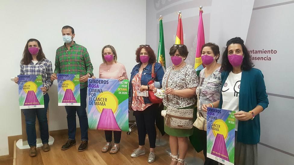 Aoex Plasencia y representantes del Ayuntamiento de Plasencia en la presentación de Senderos Rosa