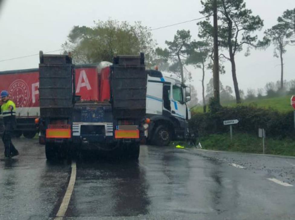 La colisión de los dos vehículos pesados se produjo en Seixas, As Somozas - FOTO: Tráfico Ferrolterra