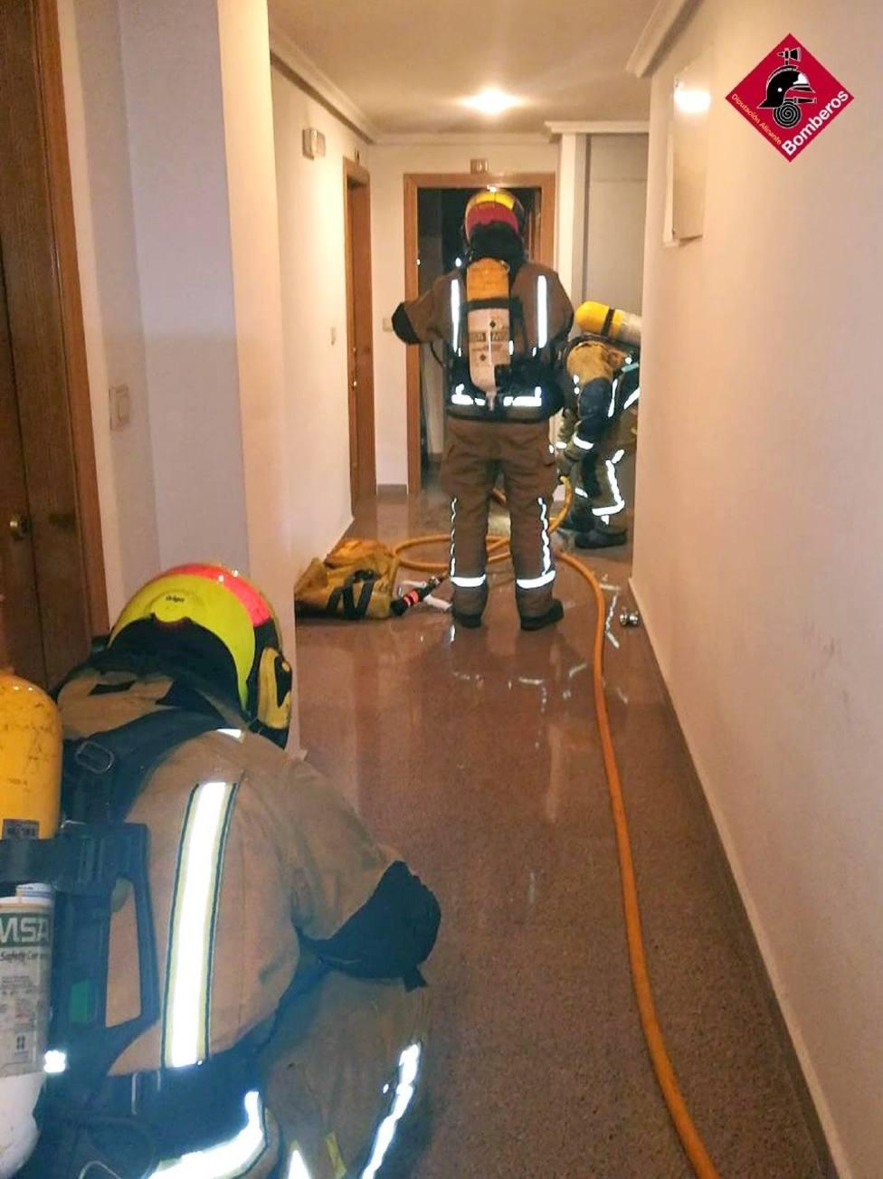 Un incendio en una vivienda de Elche obliga a evacuar dos plantas del edificio