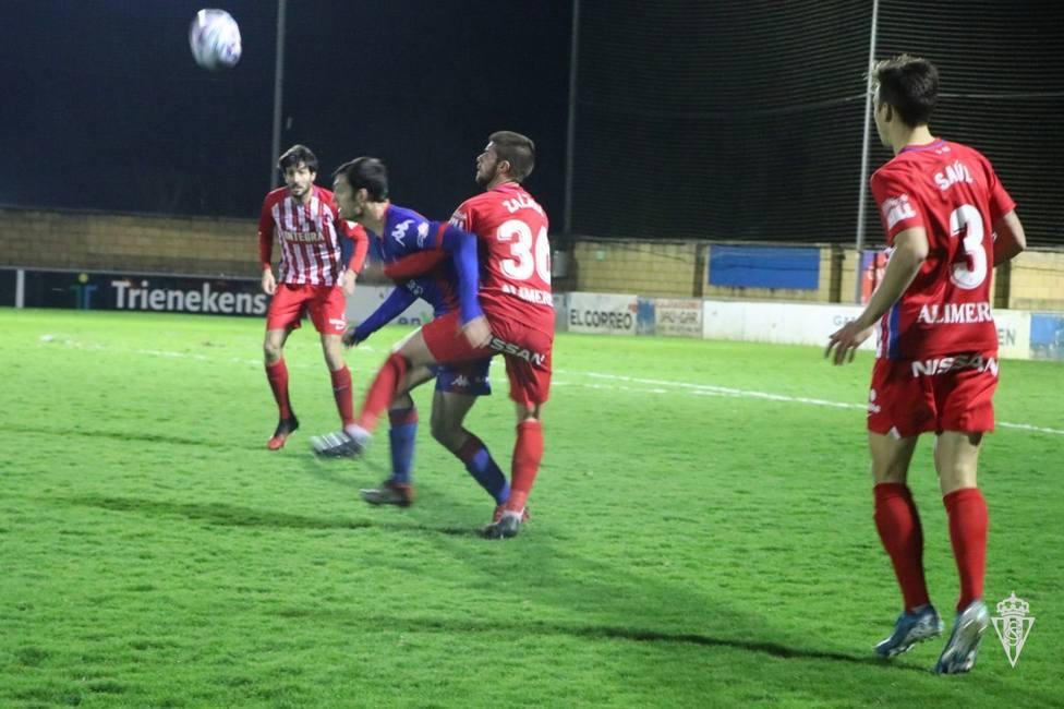 Zalaya disputa el balón frente un jugador del Amorebieta ante la rpesencia de Saúl y Valiente